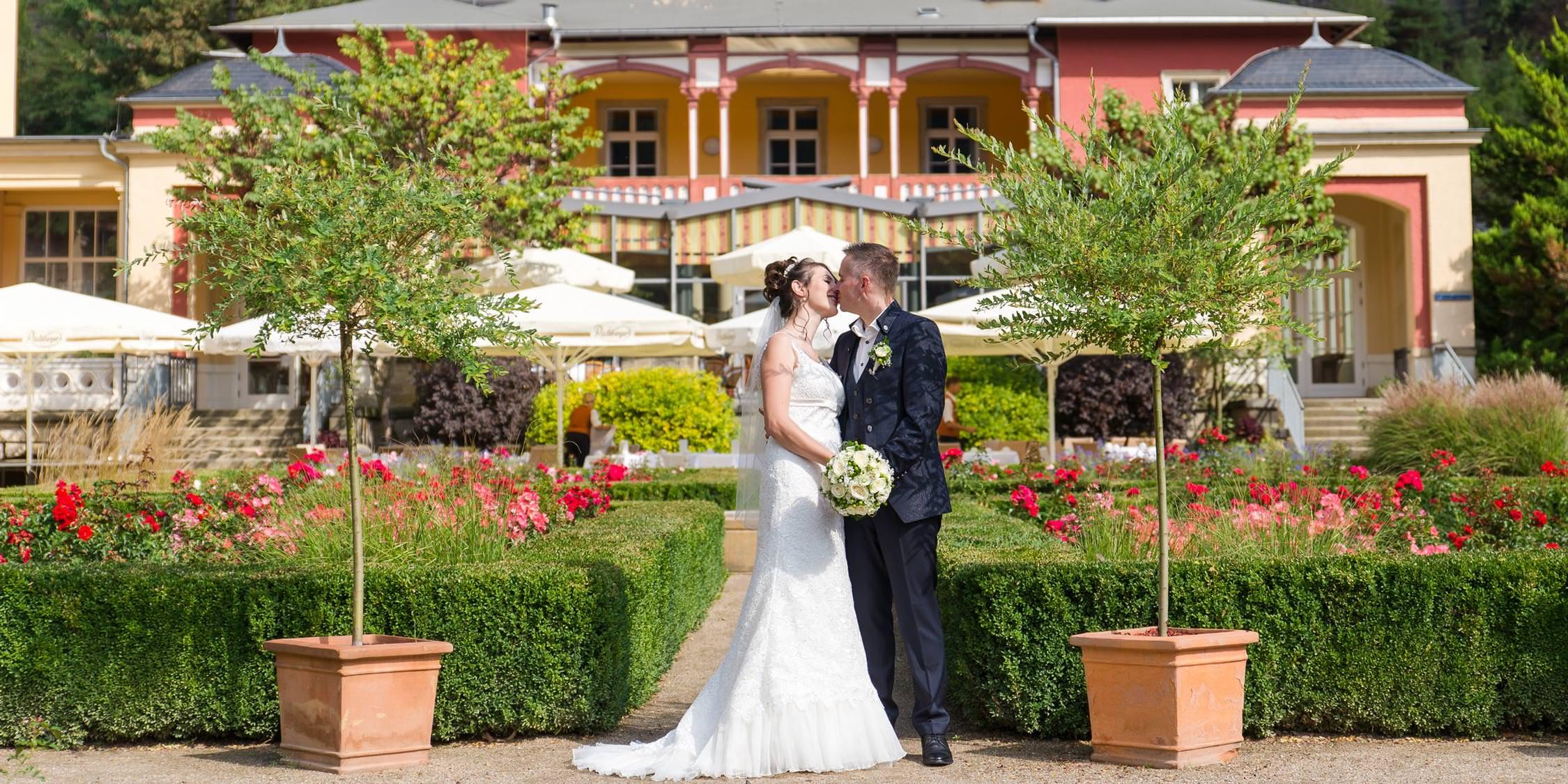 Brautpaar vor dem Parkhotel in Bad Schandau 2018 Hochzeitsfotograf Dresden Elbe
